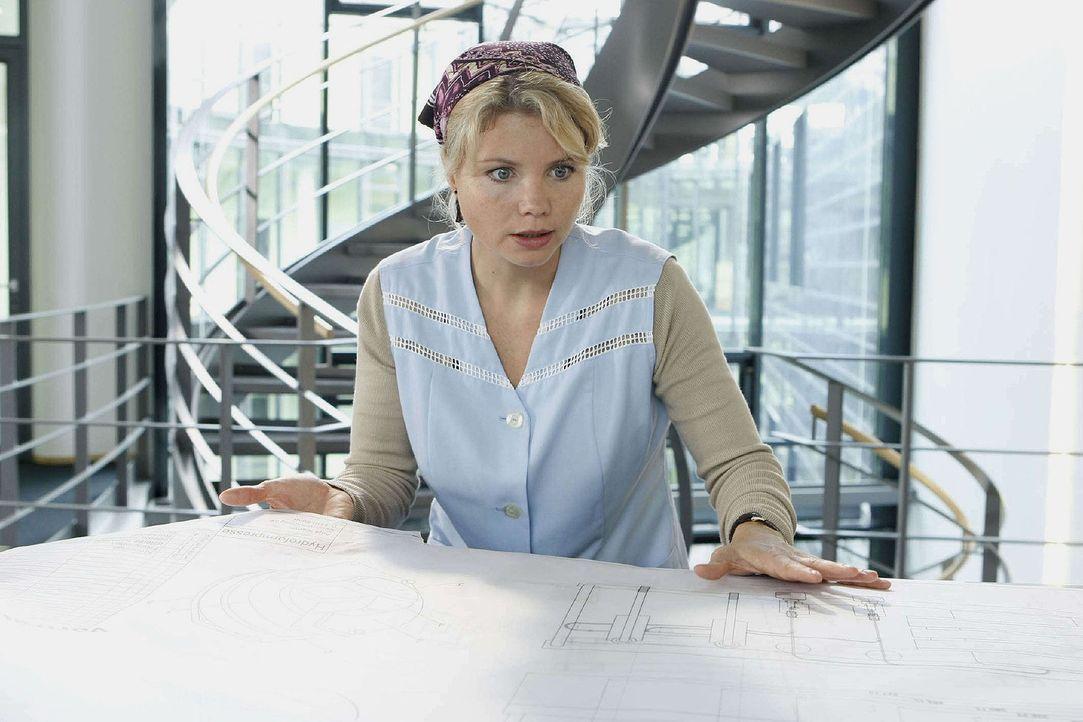 Verkleidet als Putzfrau, ist Peggy (Annette Frier) in die Firma von Dr. Schacht eingedrungen und entdeckt Maschinenbaupläne von Anja ... - Bildquelle: Sat.1