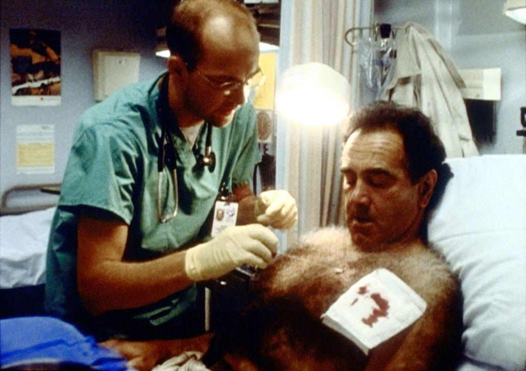 Dr. Greene (Anthony Edwards, l.) behandelt den verletzten Herb (Dan Hedaya, r.) sorgfältig, als wüsste er schon, was er dafür bekommt - nämlich den... - Bildquelle: TM+  2000 WARNER BROS.