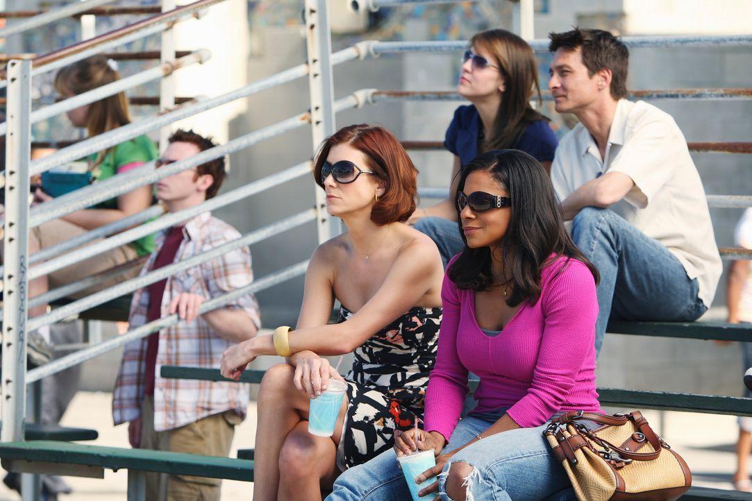 """Addison (Kate Walsh, l.) und Naomi (Audra McDonald, r.) gehen zu einem Basketballspiel ihrer """"Praxis-Männer"""". Während Naomi die spürbare Menge an Te... - Bildquelle: ABC Studios"""