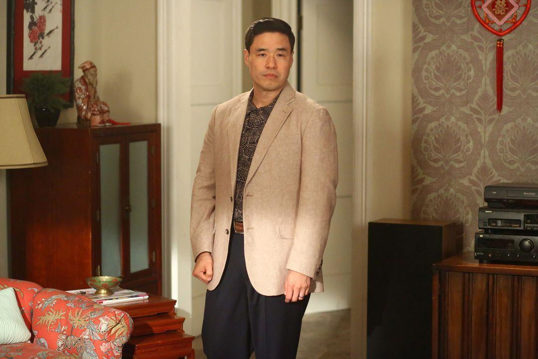 Louis (Randall Park) bekommt Besuch von seinem Bruder Gene aus Taiwan. Der verkündet der Familie seine Heiratspläne und wünscht sich Louis als Trauz... - Bildquelle: 2015-2016 American Broadcasting Companies. All rights reserved.