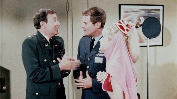 Jeannie (Barbara Eden, r.) kann nur dann wieder richtig zaubern, wenn Tony (L...