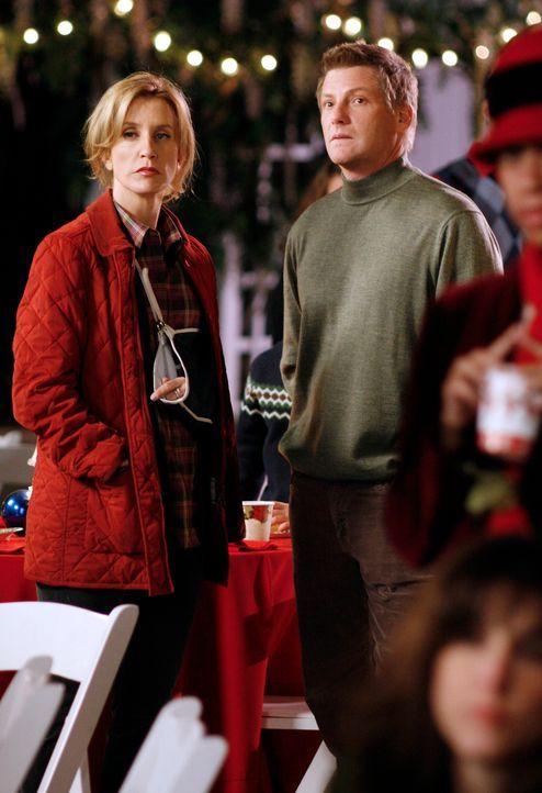 Lynette (Felicity Huffman, l.) und Tom (Doug Savant, r.) sind erstaunt, als sie Art auf der Weihnachtsfeier entdecken ... - Bildquelle: 2005 Touchstone Television  All Rights Reserved