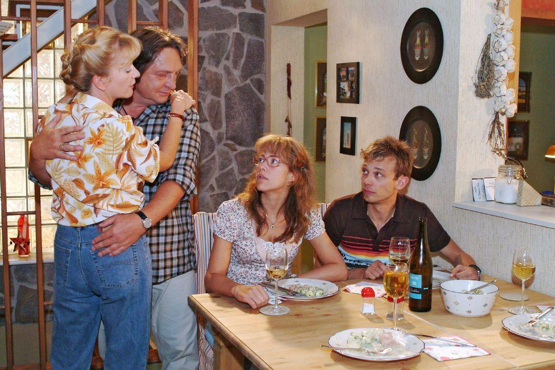 Lisa (Alexandra Neldel, 2.v.r.) und Jürgen (Oliver Bokern, r.) sind nicht wirklich begeistert von Bernds (Volker Herold, 2.v.l.) und Helgas (Ulrike... - Bildquelle: Monika Schürle Sat.1