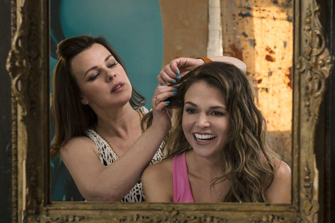 Maggie (Debi Mazar, l.) hilft ihrer besten Freundin Liza (Sutton Foster, r.) sich in eine hippe 26-Jährige zu verwandeln, damit ihre Chancen auf dem... - Bildquelle: Hudson Street Productions Inc 2015