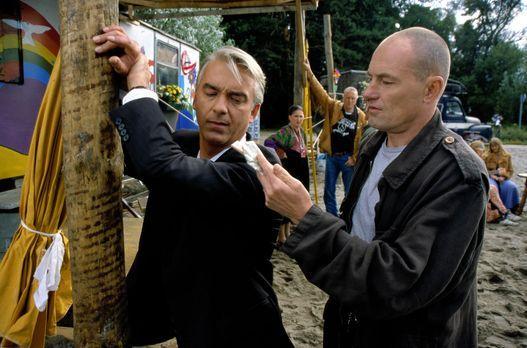 Edel & Starck - Felix (Christoph M. Ohrt, l.) wird in der Hippiesiedlung...
