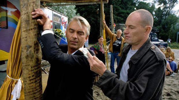 Edel & Starck - Felix (Christoph M. Ohrt, l.) wird in der Hippiesiedlung von...