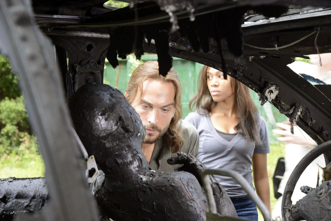 Müssen feststellen, dass die böse Hexe bereits zugeschlagen hat: Ichabod (Tom Mison, l.) und Abbie (Nicole Beharie, r.) ... - Bildquelle: 2013 Twentieth Century Fox Film Corporation. All rights reserved.