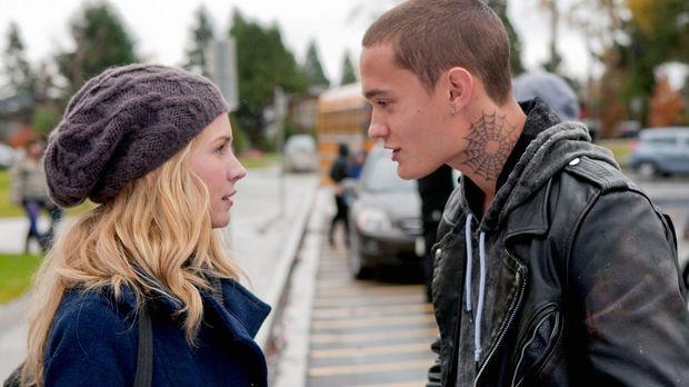 Bug (Rafi Gavron, r.) unterstützt seine Freundin Lux (Brittany Robertson, l.)...