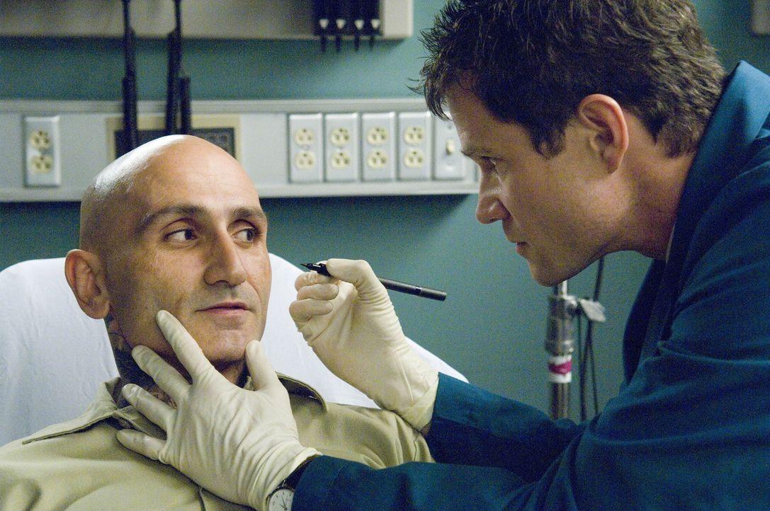 Drogenbaron Escobar Gallardo (Robert LaSardo, l.) braucht die Hilfe von Sean (Dylan Walsh, r.) und Christian. Und um diese zu bekommen, weiß er gen... - Bildquelle: TM and   2004 Warner Bros. Entertainment Inc. All Rights Reserved.