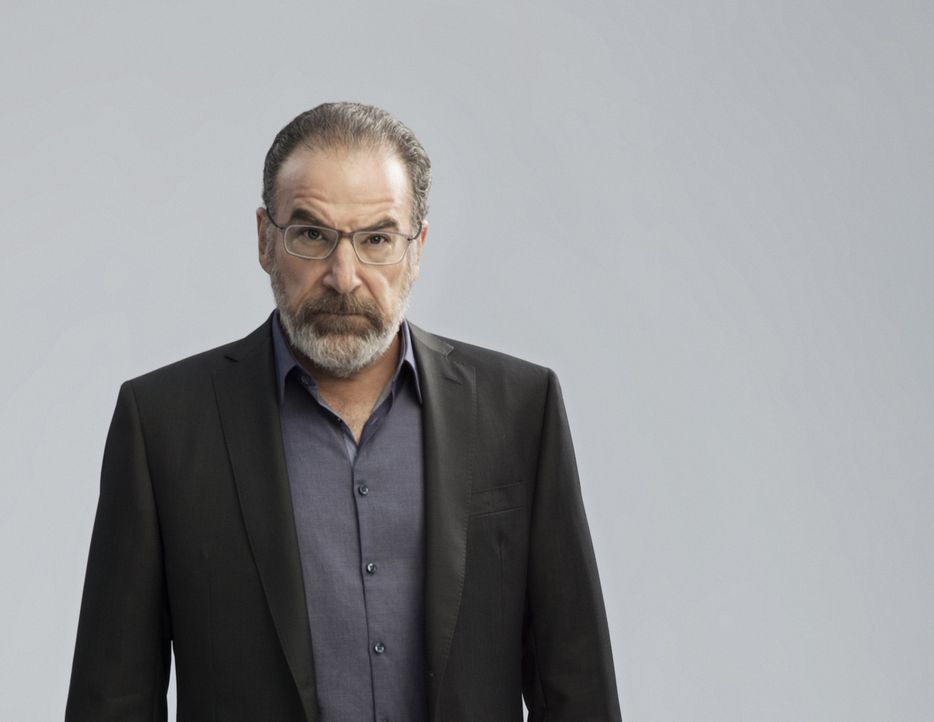 (5. Staffel) - Trifft in Berlin auf Carrie und weiß nicht, ob er dem was sie sagt Glauben schenken soll: Saul (Mandy Patinkin) ... - Bildquelle: 2015 Showtime Networks, Inc., a CBS Company. All rights reserved.