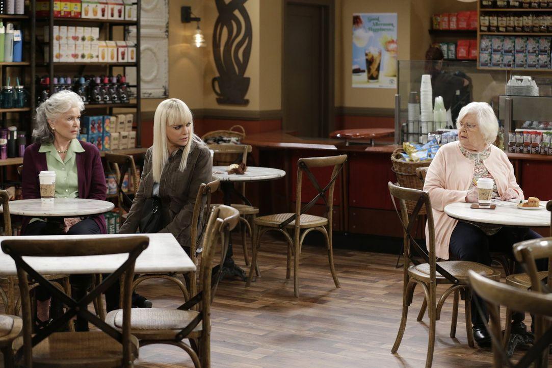 Christy (Anna Farris, M.) stellt schnell fest, dass ihre Großmutter Shirley (Ellen Burstyn, l.) nicht so wie andere ältere Damen, beispielsweise die... - Bildquelle: 2015 Warner Bros. Entertainment, Inc.