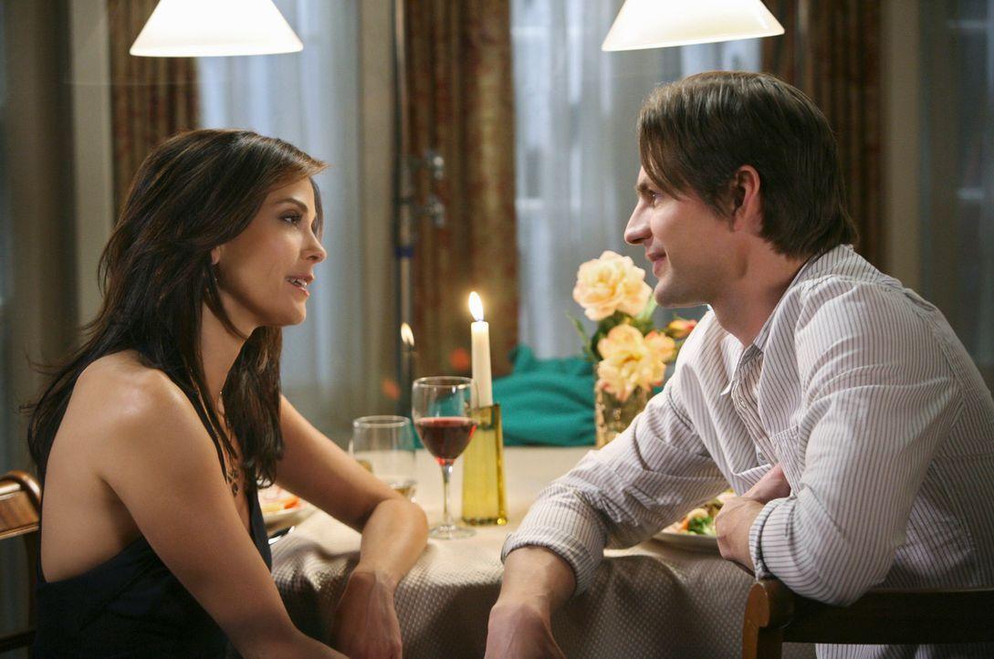 Während Katherine versucht, mit Hilfe von M.J. zu erfahren, ob Mike sie heiraten will, bekommt Susan (Teri Hatcher, l.) unerwartet Besuch von Jackso... - Bildquelle: ABC Studios