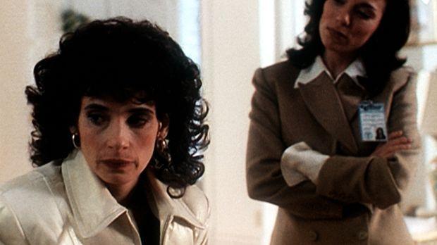 Mary Capshaw (Marta Martin, r.), eine ehemalige Prostituierte, versucht, die...