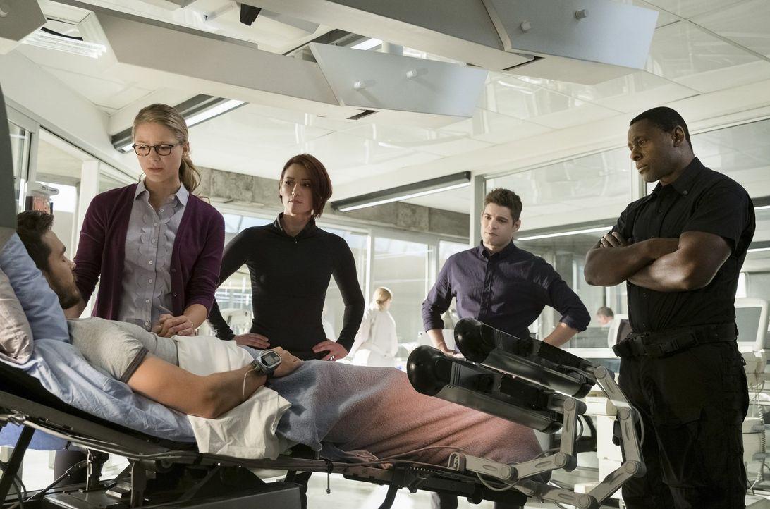 Als Kara (Melissa Benoist, 2.v.l.), Alex (Chyler Leigh, M.), Winn (Jeremy Jordan, 2.v.r.) und J'onn (David Harewood, r.) auf einem uralten Raumschif... - Bildquelle: 2017 Warner Bros.