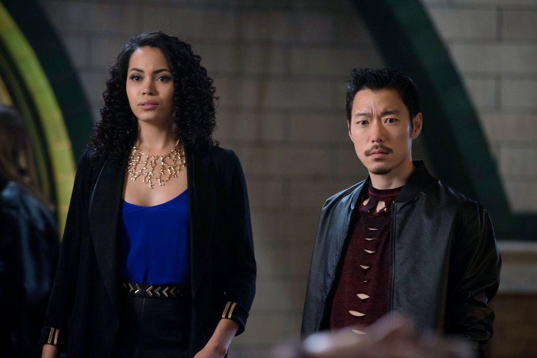 Eigentlich hatten sich Astrid (Madeleine Mantock, l.) und Russell (Aaron Yoo, r.) die Friedensfeier anders vorgestellt ... - Bildquelle: Warner Bros. Entertainment, Inc