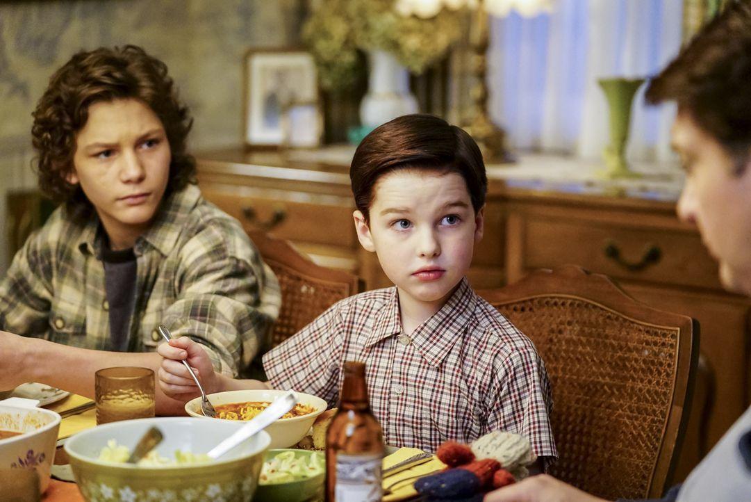 Auf Georgie (Montana Jordan, l.) und auch Sheldon (Iain Armitage, r.) warten einige Überraschungen ... - Bildquelle: Warner Bros. Television