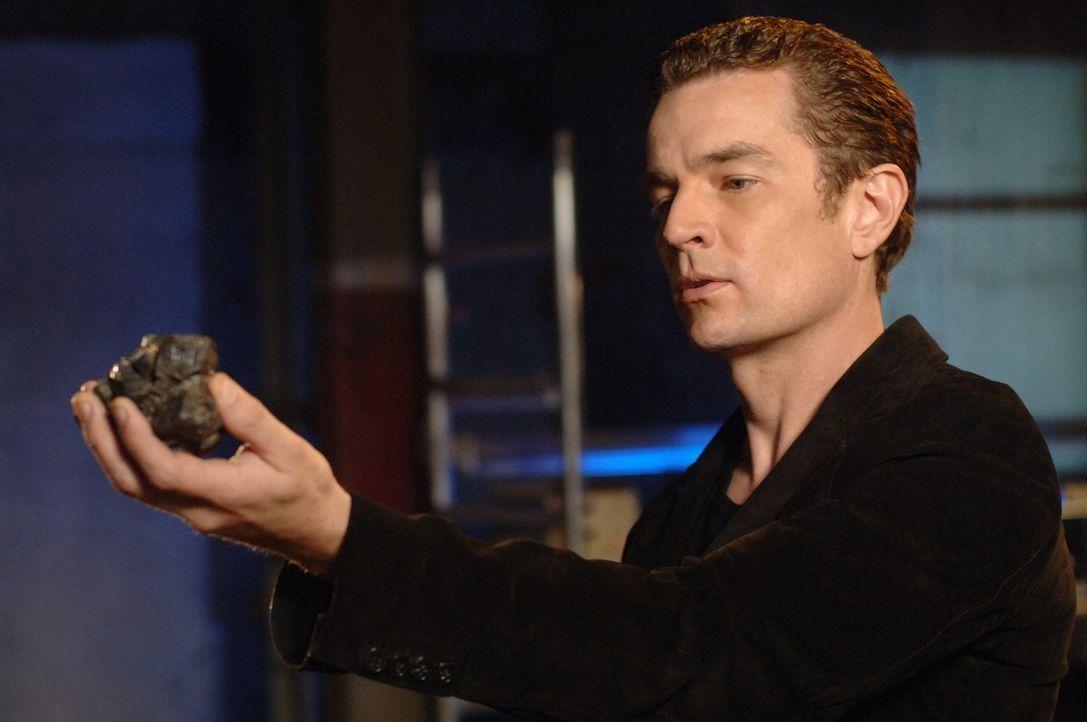 Welches Geheimnis versteckt Professor Fine (James Masters) vor dem durch das Kryptonit geschwächten Clark? - Bildquelle: Warner Bros.