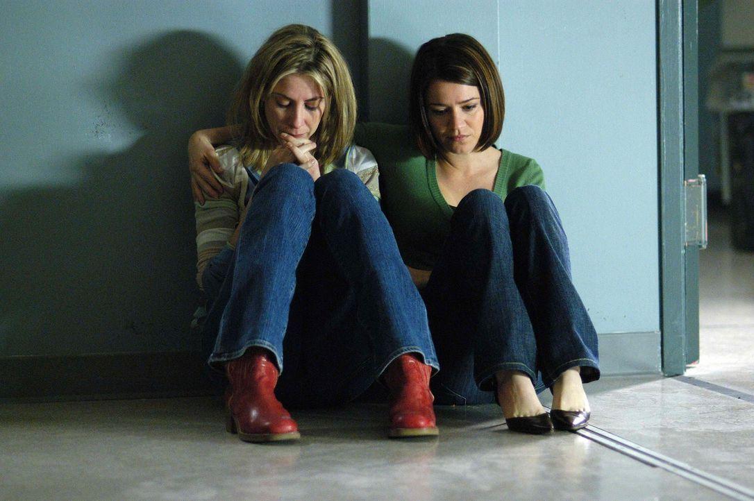 Eva (Anna Belknap, r.) versucht Holly (Yvonne Jung, l.) zu trösten ... - Bildquelle: CBS Television