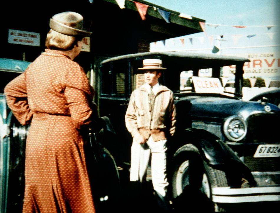 Voller Stolz über seinen neuen Job als Autoverkäufer setzt Ben (Eric Scott, r.) alles daran, Mrs. Brimmer (Nora Marlowe, l.) als Kundin zu gewinnen. - Bildquelle: WARNER BROS. INTERNATIONAL TELEVISION