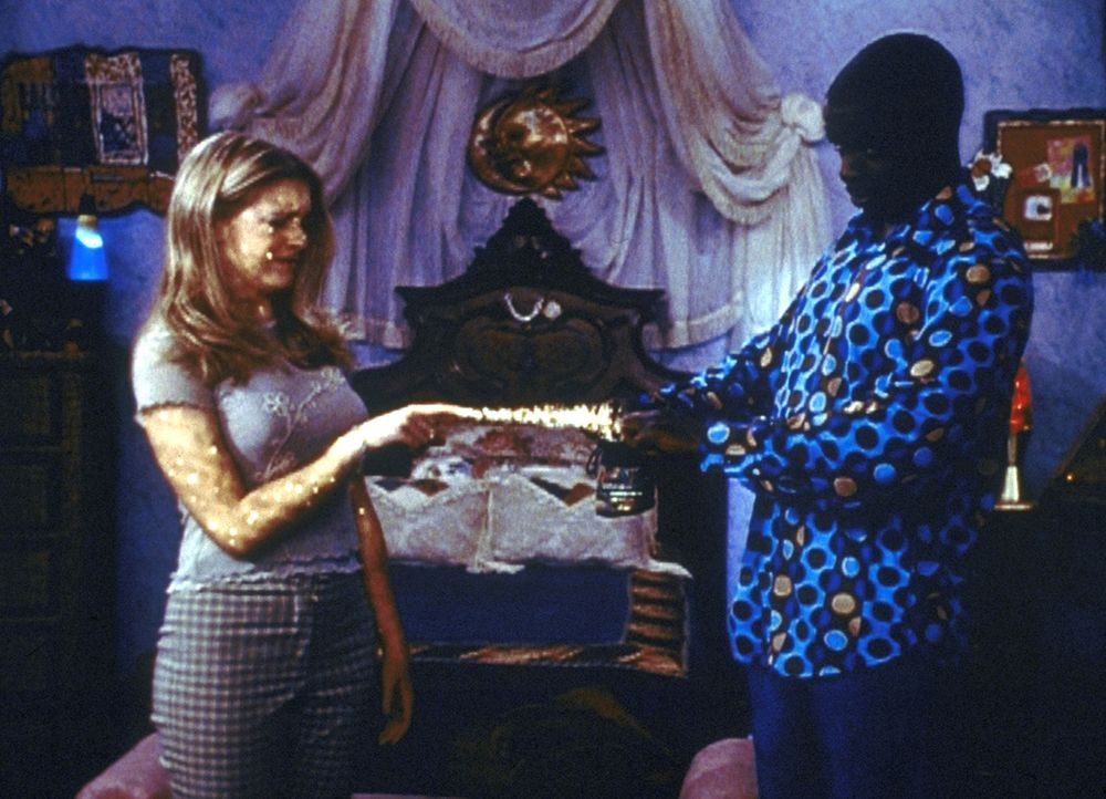 Der Quizmaster (Alimi Ballard, r.) eröffnet Sabrina (Melissa Joan Hart, l.), dass der Entzug ihrer Zauberkraft nur ein Test war. - Bildquelle: Paramount Pictures