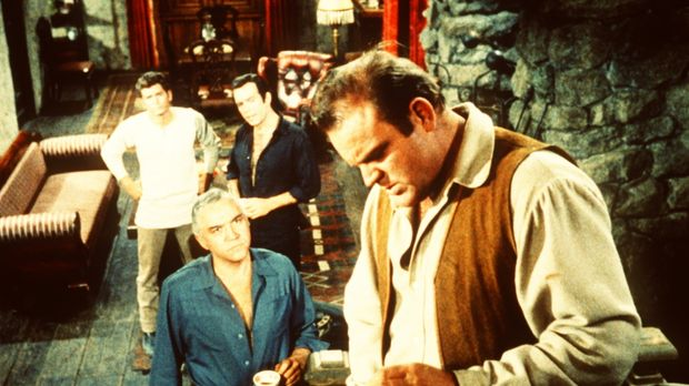 Widerwillig eröffnet Hoss Cartwright (Dan Blocker, r.) seinem Vater Ben (Lorn...