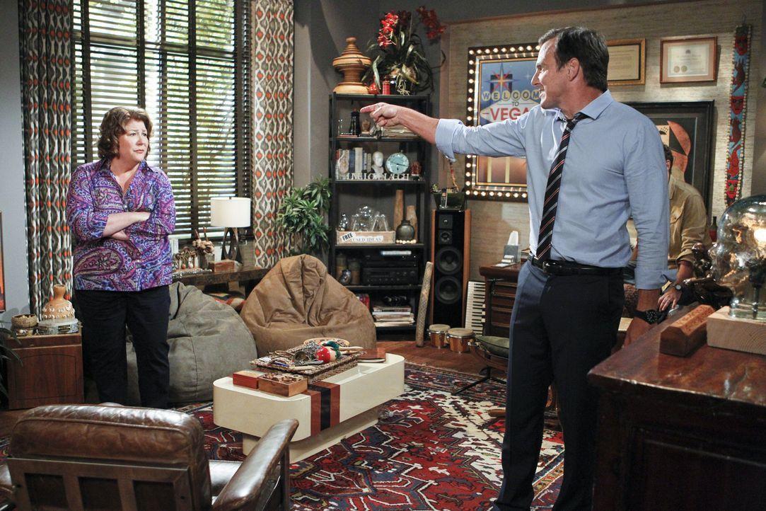 Als Carol (Margo Martindale, l.) erfährt, dass ihr Sohn (Will Arnett, r.) einen Psychotherapeuten besucht, macht sie sich große Sorgen. Zu Recht? - Bildquelle: 2013 CBS Broadcasting, Inc. All Rights Reserved.