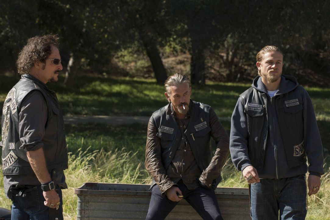 Die Verhandlungen mit dem Galindo-Kartell und Henry Lin laufen aus dem Ruder: Tig (Kim Coates, l.), Chibs (Tommy Flanagan, M.) und Jax (Charlie Hunn... - Bildquelle: 2012 Twentieth Century Fox Film Corporation and Bluebush Productions, LLC. All rights reserved.