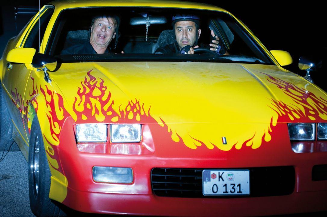 Mario (Hilmi Sözer, r.) und Tommie (Tom Gerhardt, l.) sind zwei Streifenpolizisten aus Köln. Ihr nächster Fall: das entführte 1. FC Köln Maskottchen... - Bildquelle: 2010 Constantin Film Verleih GmbH