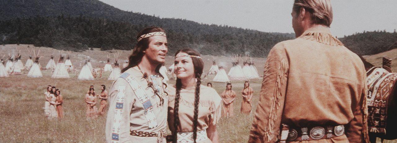 Endlich kann Winnetou (Pierre Brice, l.) Ribanna (Karin Dor, M.) seinen Blutsbruder Old Shatterhand (Lex Barker, r.) vorstellen. Die beiden verstehe... - Bildquelle: Columbia Pictures