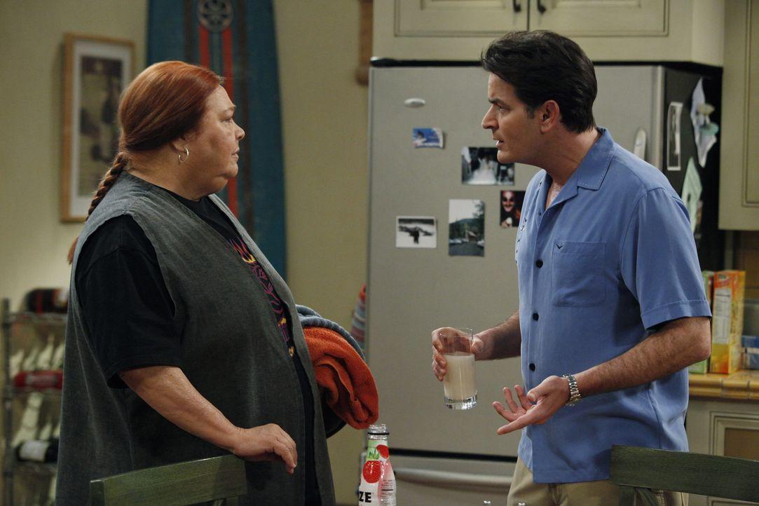 Krisengespräch: Berta (Conchata Ferrell, l.) und Charlie (Charlie Sheen, r.) ... - Bildquelle: Warner Brothers Entertainment Inc.