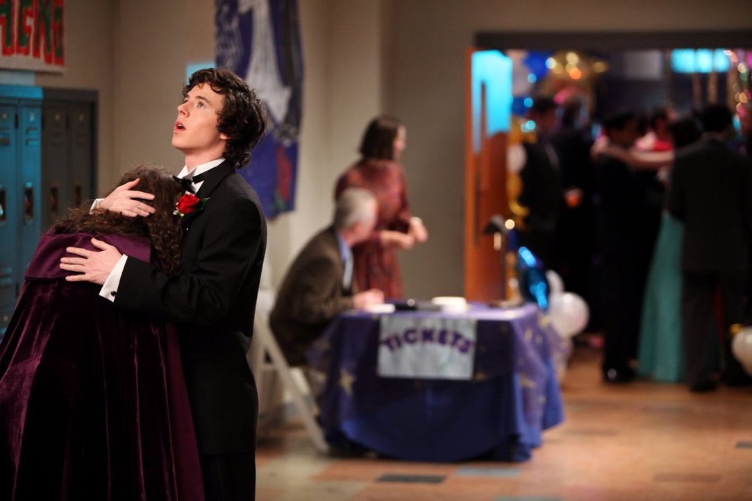 Weil Axl (Charlie McDermott, r.) durch ein Versehen die verrückte Ashley (Katlin Mastandrea, l.) noch einmal zum Abschlussball begleiten soll, überl... - Bildquelle: Warner Brothers
