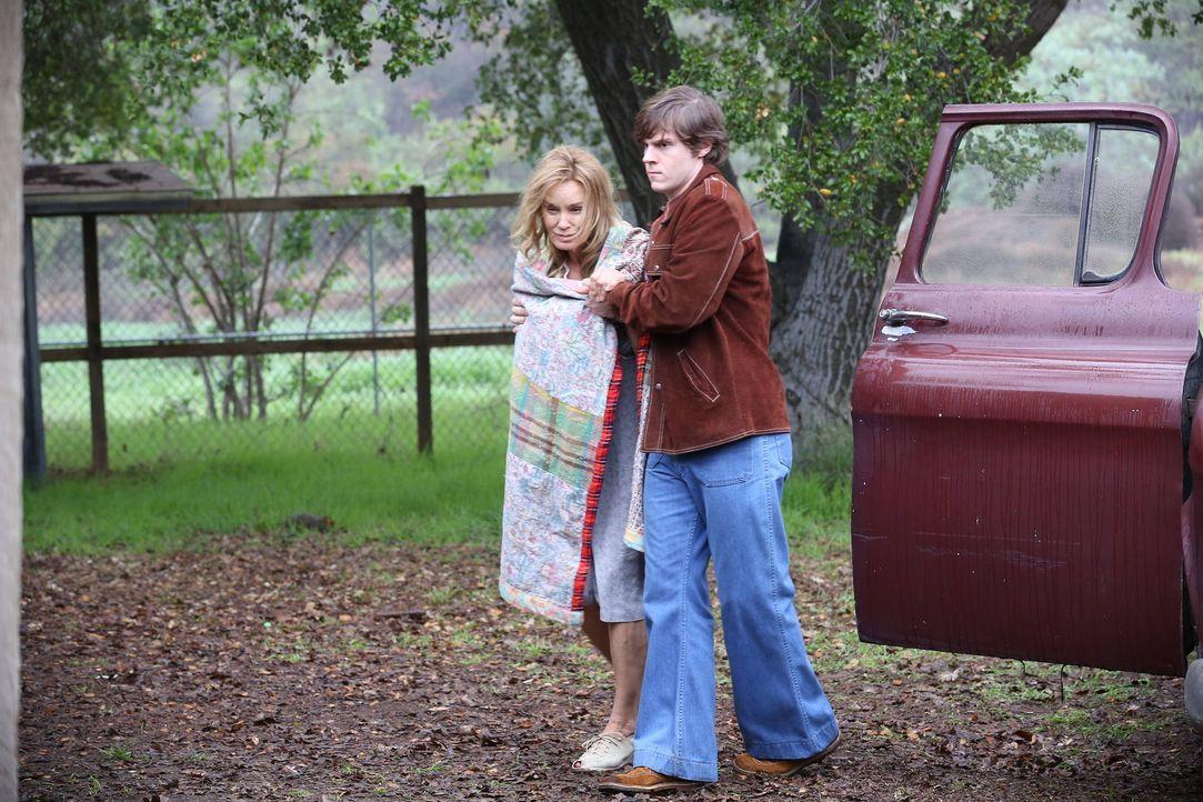 Jude Martin (Jessica Lange, l.) wird von Kit (Evan Peters, r.) aus der Anstalt befreit ... - Bildquelle: 2012-2013 Twentieth Century Fox Film Corporation. All rights reserved.