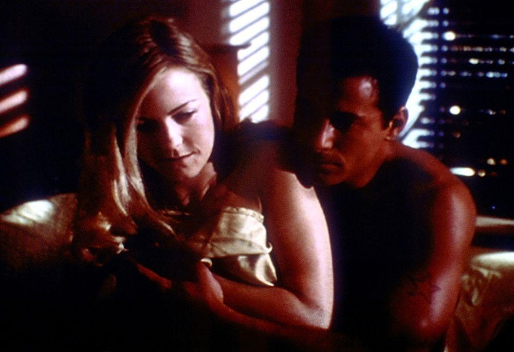 Kevin (Johnny Messner, r.) sieht für Sharon (Lillian Birdsell, l.) ganz normal aus - noch ahnt sie nicht, dass in seinem Inneren ein Dämon lauert. - Bildquelle: TM +   2000 Twentieth Century Fox Film Corporation. All Rights Reserved.