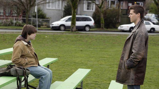 Ein rätselhafter Mord führt Sam (Colin Ford, l.) und Dean (Brock Kelly, r.) z...