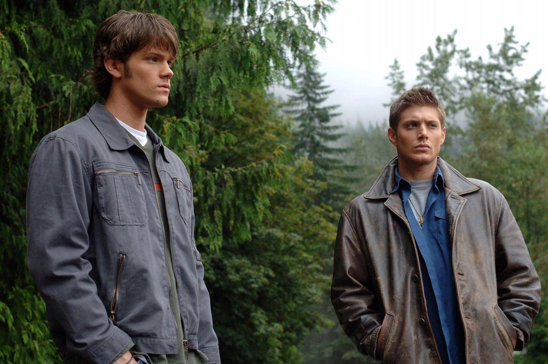 Ein junges Mädchen verschwindet beim Schwimmen, doch die Leiche wird nie gefunden. Sam (Jared Padalecki, l.) und Dean (Jensen Ackles, r.) finden he... - Bildquelle: Warner Bros. Television