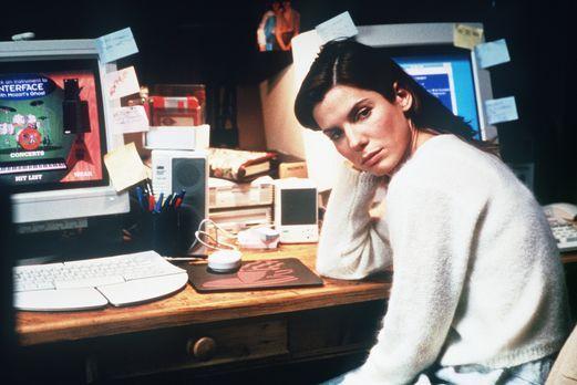 Das Netz - Zu Hause macht die Computer- und Virus-Spezialistin Angela Bennett...