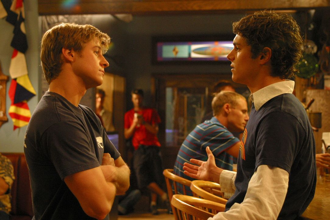 Seth (Adam Brody, r.) ermutigt Ryan (Benjamin McKenzie, l.) die Beziehung mit Marissa zu intensivieren ... - Bildquelle: Warner Bros. Television