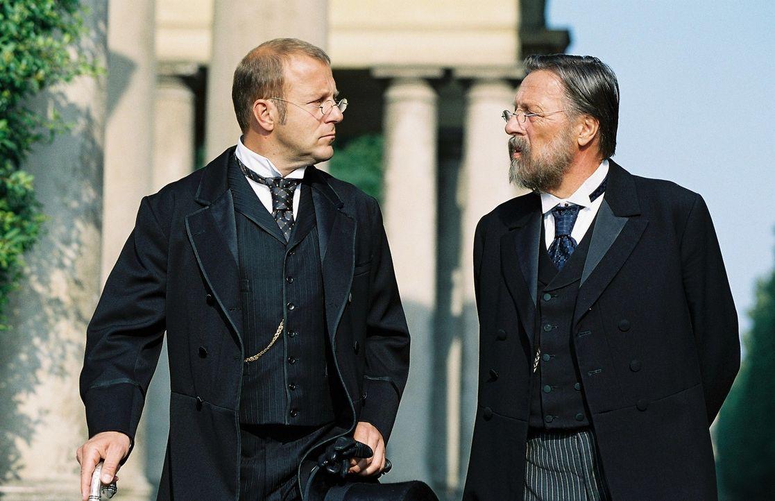 Heinrich Schliemann (Heino Ferch, l.) bittet seinen Freund Rudolf Virchow (Hansjürgen Hürrig, r.) um Rat. Er plant eine Griechin zu heiraten und in... - Bildquelle: Stephan Rabold Sat.1