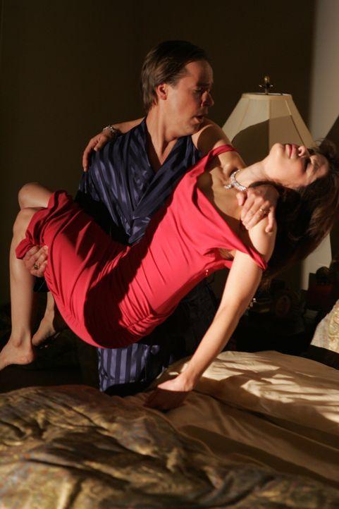 Lawrence (Chad Lowe, l.) bringt seine Frau Terri (Susan Floyd, r.) zu Bett ... - Bildquelle: Warner Bros. Entertainment Inc.