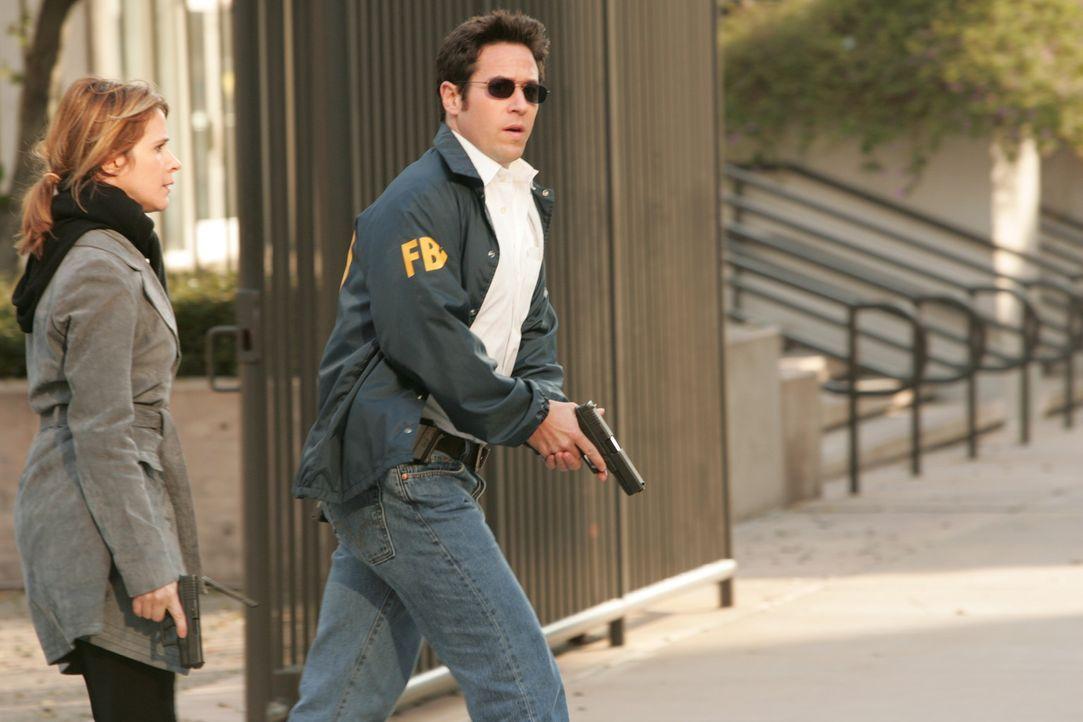 Don (Rob Morrow, r.) und Terry (Sabrina Lloyd, l.) versuchen den Heckenschützen zu stoppen ... - Bildquelle: Paramount Network Television