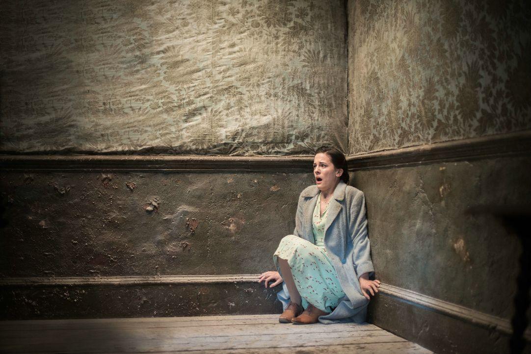 Gleich in der ersten Nacht in dem verlassenen, alten Anwesen Eel Marsh wird die junge Lehrerin Eve Parkins (Phoebe Fox) von Albträumen und seltsamen... - Bildquelle: Nick Wall Angelfish Films Limited 2014 Photo