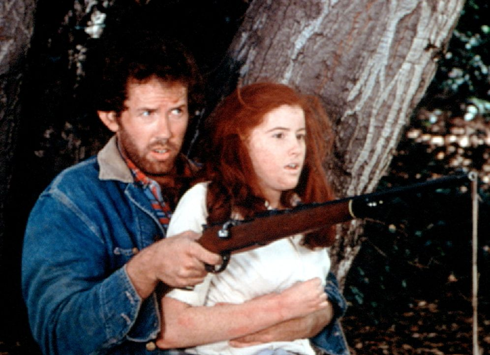 Job (Gary Grubbs, l.) hat Elizabeth (Kami Cotler, r.) entführt.