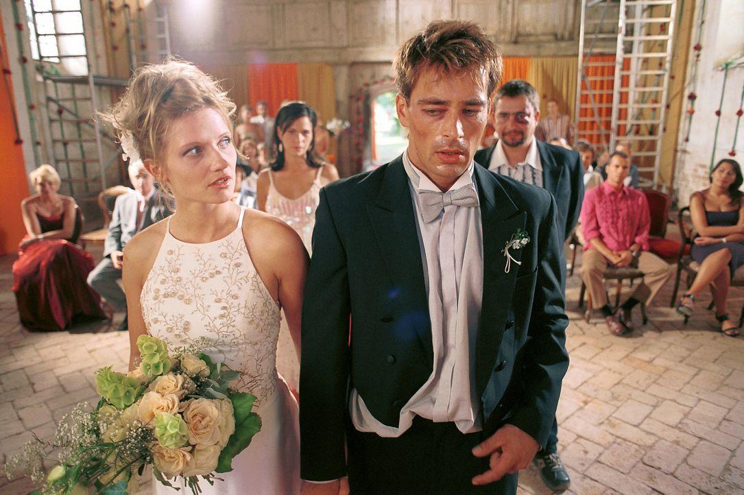 Erst vor dem Traualtar erkennt Mark (Jan Sosniok, r.), dass seine Minderwertigkeitsgefühle keine Basis für eine Ehe mit Lara (Doreen Jacobi, l.) b... - Bildquelle: Gordon Mühle ProSieben