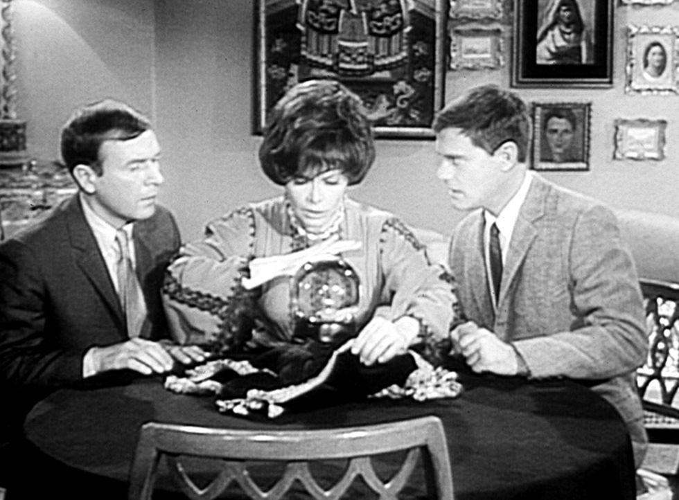 Roger (Bill Daily, l.) ist von der Wahrsagerin, Madam Zolta (Jorja Curtright, M.), hingerissen. Tony (Larry Hagman, r.) dagegen bleibt skeptisch ... - Bildquelle: Columbia Pictures