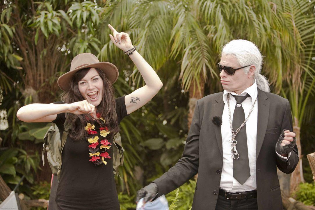 Karl Lagerfeld (Max Giermann, r.) und Lena Meyer-Landruth (Martina Hill, l.) ziehen in den Dschungel ... - Bildquelle: ProSieben