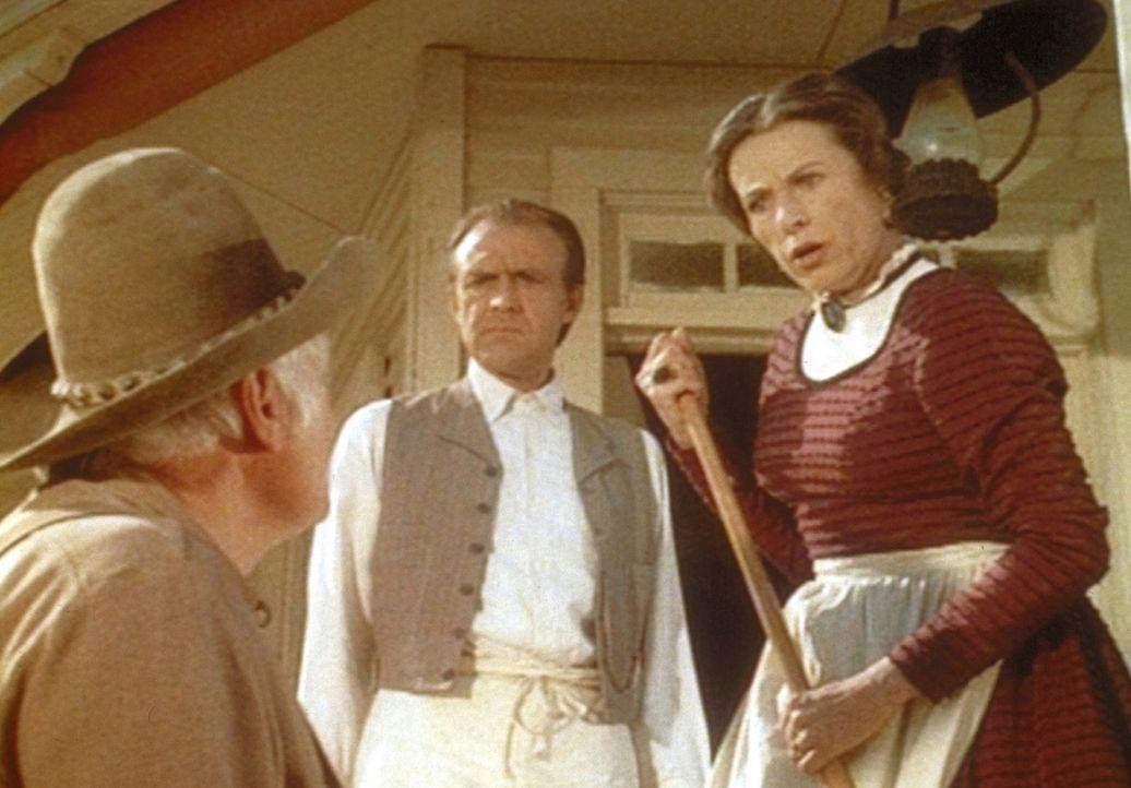 Mrs. Oleson (Katherine MacGregor, r.) und Mr. Oleson (Richard Bull, M.) dulden es nicht länger, dass der Farmer Holbrook (John Alderson, l.) ihren... - Bildquelle: Worldvision