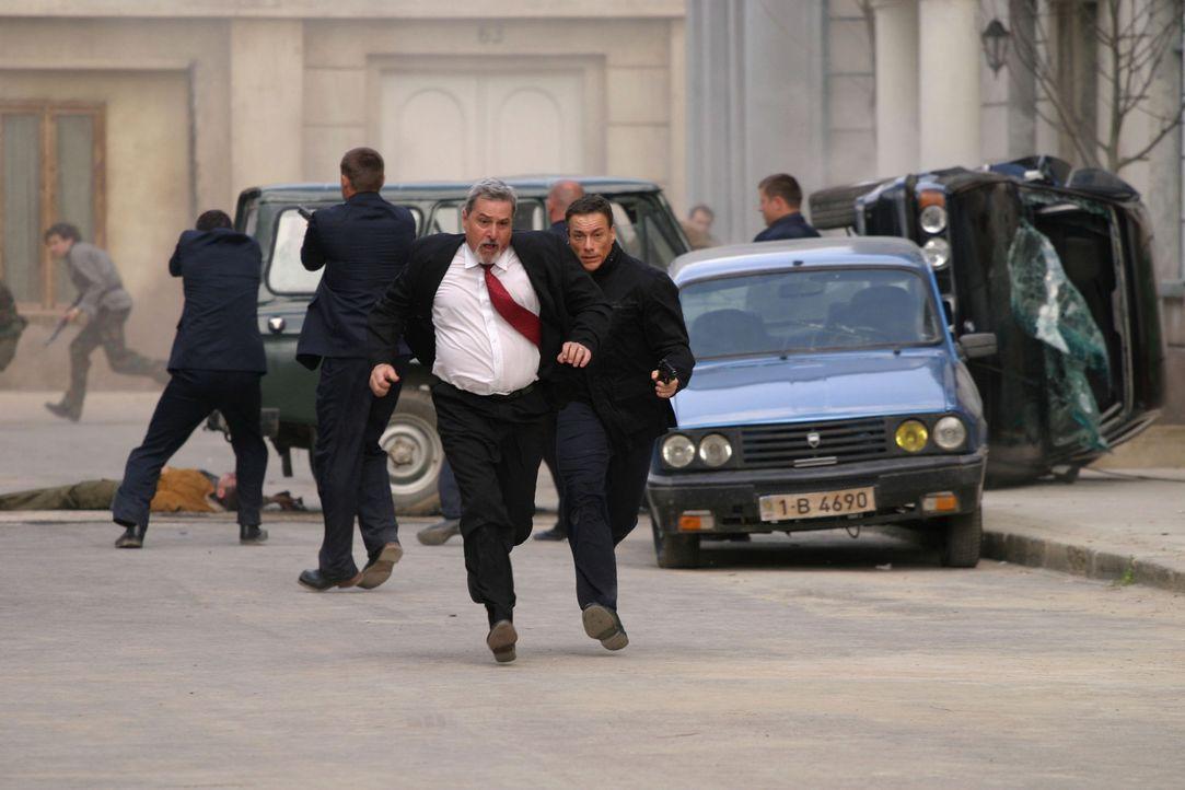Schwer bewaffnete Rebellen wüten in der Hauptstadt, haben den amerikanischen Botschafter bereits getötet und drohen nun, den neuen moldawischen Pr... - Bildquelle: 2005 Micro Fusion 2004-15 LLP. All rights reserved.