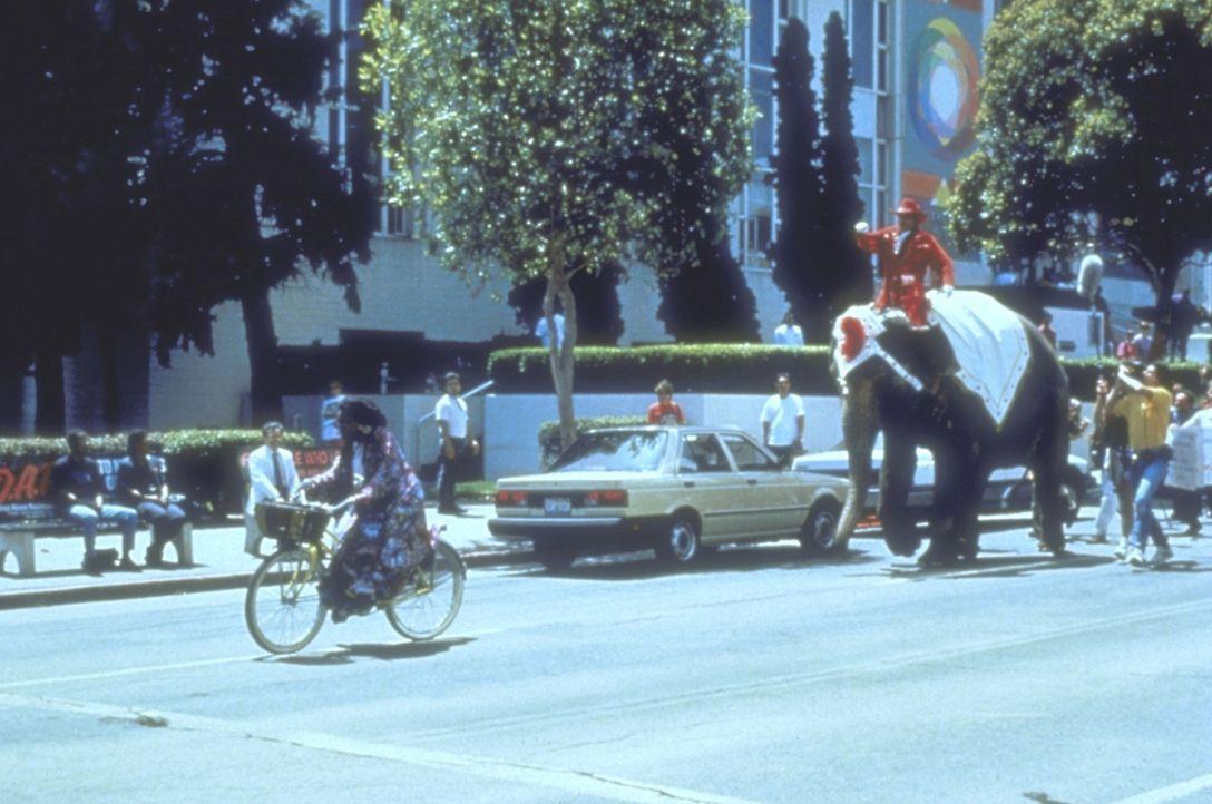 Sarah Mathews (Whoopi Goldberg, l.)  kann nicht glauben, dass der durch seine geschmacklosen Werbespots zu zweifelhafter Bekanntheit gelangte Autohä... - Bildquelle: Warner Bros.
