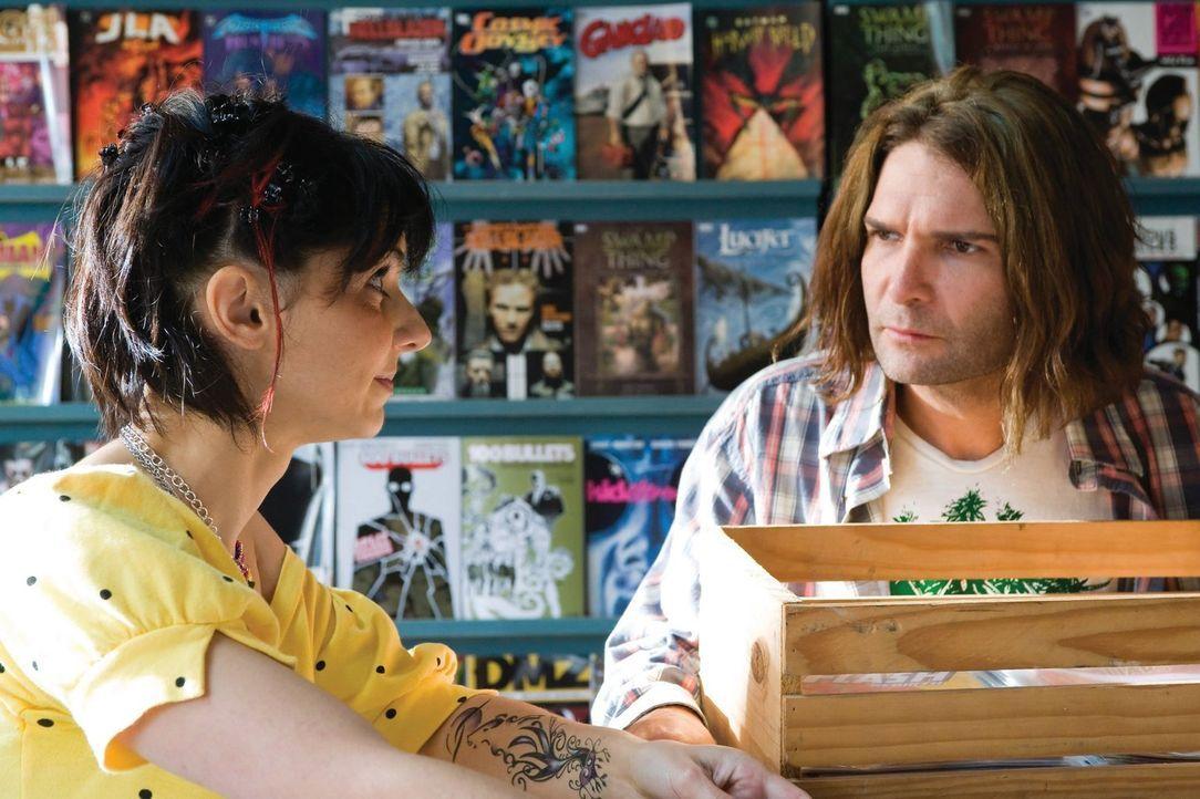 Zoe (Casey B. Dolan, l.) kann es nicht glauben, aber Edgar (Corey Feldman, r.) soll aus seiner bescheidenen Unterkunft ausziehen. Der Vampirjäger st... - Bildquelle: 2010 Warner Bros.