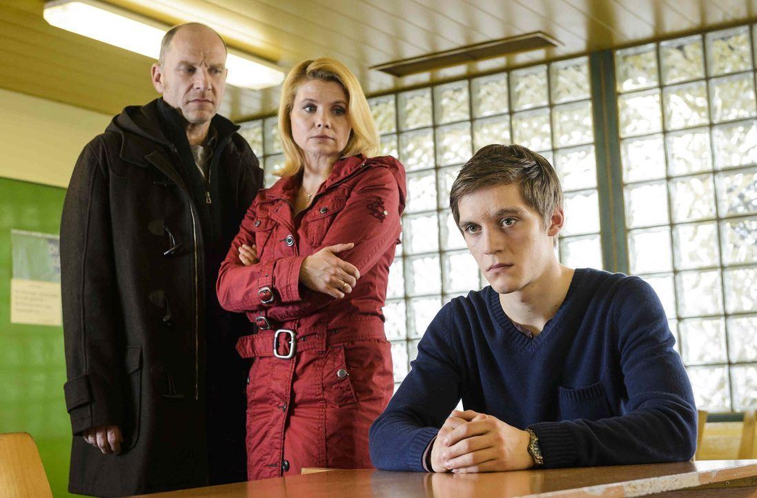 Als der 16-jährige Daniel (Jonas Nay, r.) als Hauptverdächtiger im Mordfall des elfjährigen Fabian verhaftet wird, beginnt für seine Eltern Clau... - Bildquelle: Willi Weber SAT.1